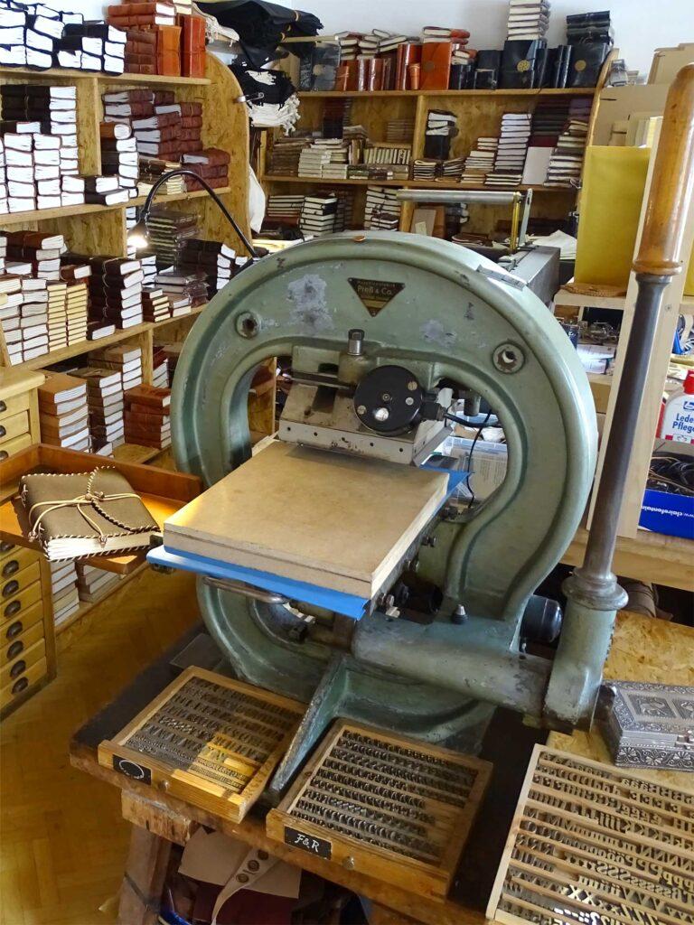 Schwere alte Heißprägepresse mit der Lederwaren insbesondere Lederbücher geprägt werden.