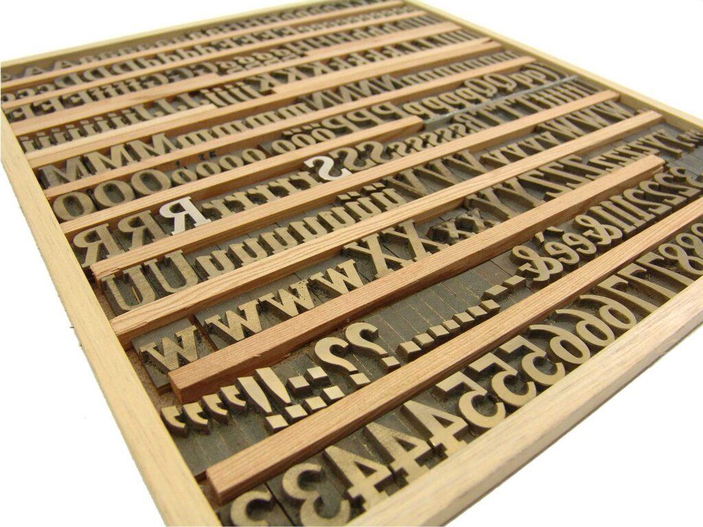Kompletter Satz einer sehr alten Messing Prägeschrift, welcher aus einzelnen Zeichen und Buchstaben besteht.