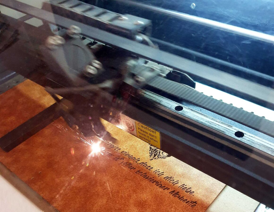 Ein Lederbuch Einband wir mittels Laser graviert.